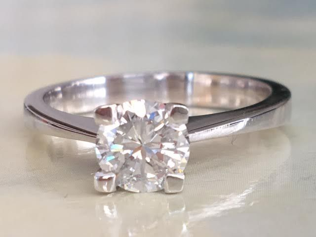 Magnificent 18 kt solitaire ladies' ring in new condition with a diamond of approx. 0.85 ct, Top Wesselton/P1, ring size: 17.50 - 17.75 mm