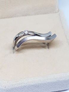 18 kt white gold –  Solitaire ring in wave design –  Diamond of 0.08 ct – Size: 15/19.5 mm