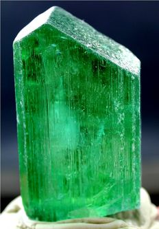 Terminated Perfectly Shaped Lush Green Color Kunzite Hiddenite Crystal - 62*35*19 mm - 110 gram
