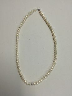 Necklace of fresh-water pearls and 18 kt gold - length: 39.5 cm