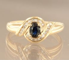 18 kt Yellow gold ring with sapphire and 20 single cut diamonds, ring size 18 (57)