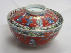 Lidded Imari bowl (chawan) with people - Japan - 18th century