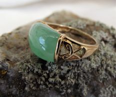 Vintage ladies 9ct gold ring green Jade in elaborated shank