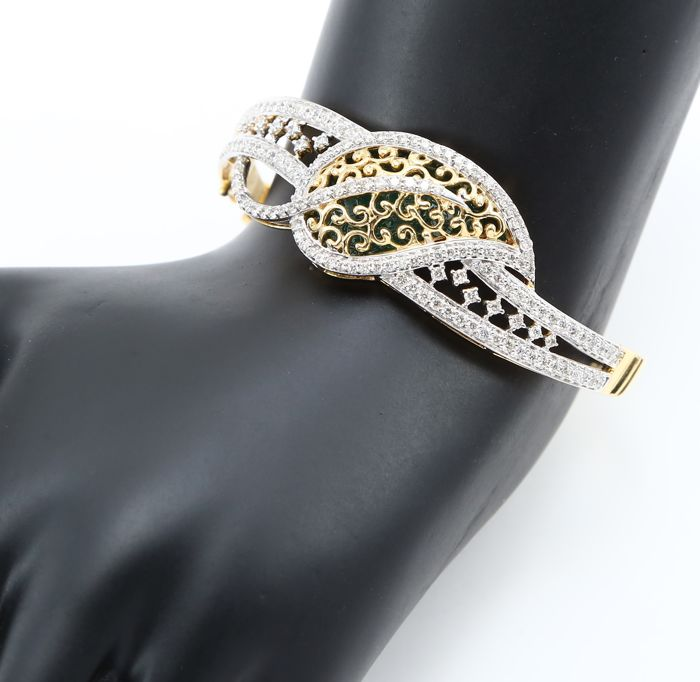 IGI certified Very Exclusive Yellow Gold Diamond Bracelet with 2.74 ct. Diamonds with Enamel work