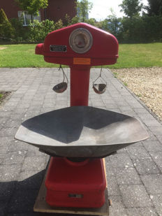 Rare red detailed scale by Berkel type PT from the year 1954.