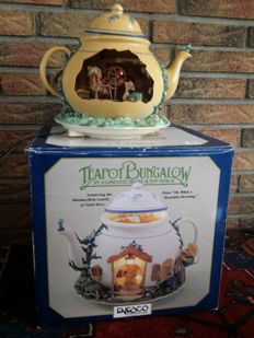 Enesco - Teapot Bungalow - Multi action music box with lighting - includes original packaging - rare M. Gilmore collectible