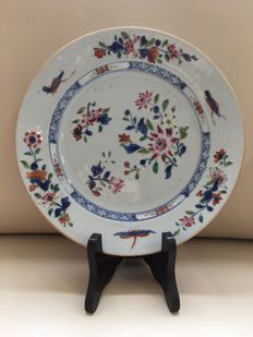Famille rose decorative dish meant for export, with flowers, dragonfly and grasshoppers – China – 18th century