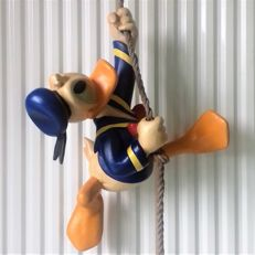 Disney, Walt - Figure - Donald Duck climbing on/hanging from a rope (1970/1980)