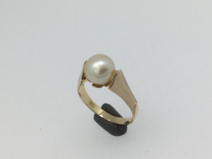 18 kt rose gold ring set with one cultured pearl