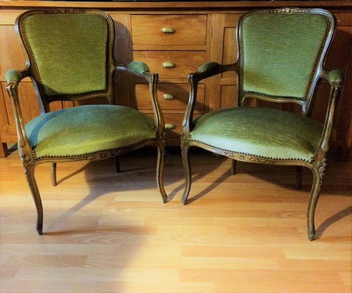 A Pair of walnut Louis XV style fauteuils en cabriolet, well hand-carved frames and legs & ( new) upholstery, first half 20th century