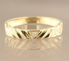 Yellow gold ring, 14 kt, set with a brilliant cut diamond of approx. 0.01 carat in total, ring size 18 (57)