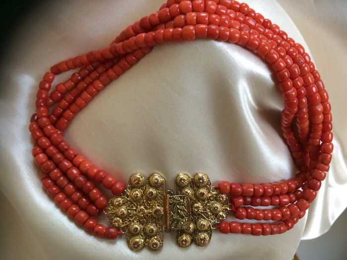 Beautiful four-strand, genuine 100% Mediterranean Sea Precious Coral Necklace, beautiful, large gold clasp, Zuid-Beverland. Bead hook