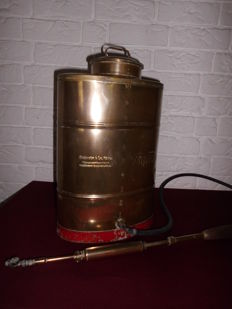 Antique large copper plant spray (10 litres), of the Birchmeier company, was mostly used in the vineyards, beautiful decorative item, with historical value
