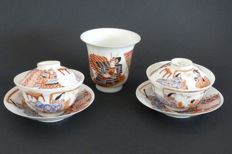 Lot with 2 lidded cups and 1 Arita porcelain teacup – Japan – late 19th century (Meiji era)