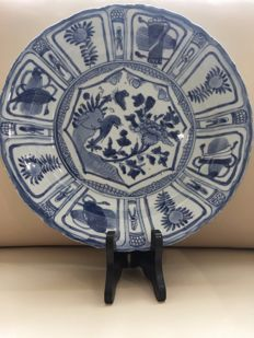 Large and deep Chinese Wan Li craquelure porcelain dish with a laughing bird – China – Ming period