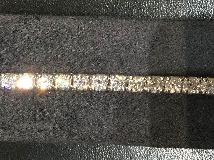 Crivelli – 18 kt white gold tennis bracelet with diamonds totalling 6.20 ct – Length: approx. 19 cm