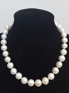 Necklace composed of freshwater cultured XL pearls (15 to 11 mm), with silver brooch clasp - Length: 48 cm.
