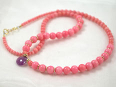 Pink coral necklace with pink sapphire, 47 cm long, 14 kt gold clasp