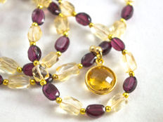 Dual gemstone pendant necklace with Bohemian garnets, 44.5 cm long, 18 kt gold clasp