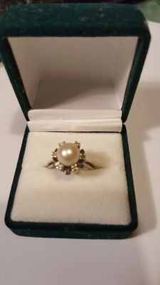 White gold (19 kt) ring with pearl and brilliants