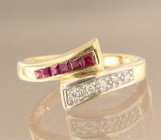 Bi-colour 18 kt gold ring set with ruby and five brilliant cut diamonds of approx. 0.05 carat in total, ring size 17.25 (54)