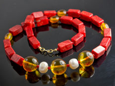 Red coral necklace with amber and natural pearls, 53 cm long, 18 kt gold clasp