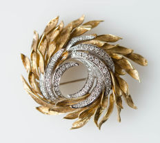 Elegant 18 kt solid gold brooch with diamonds
