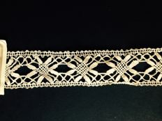 Belgian hand-bobbin lace with authenticity label, length 11.65 meters, dating back to the end of the 19th century