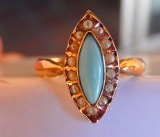 Marquise ring with turquoise and fine pearls in 18 kt yellow gold.