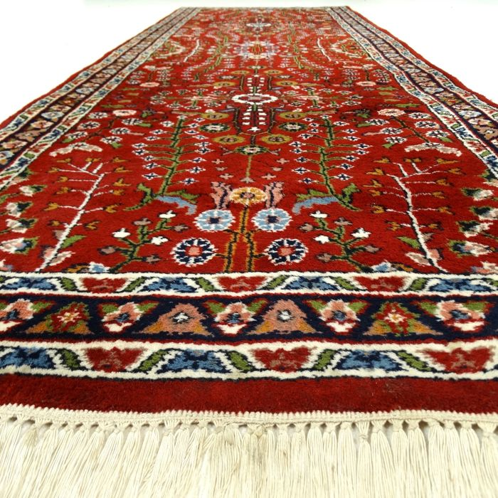 "Indo Sarough – 246 x 85 cm – ""Oriental, finely decorated runner in wonderful, virtually unused condition""."