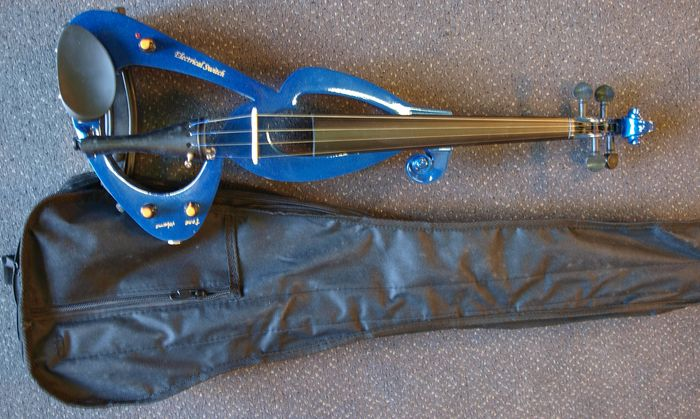 New electric violin 4/4, complete with bag, bow, headphones and rosin