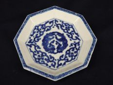 An octagon plate with double mythical animals design - China - 19th century