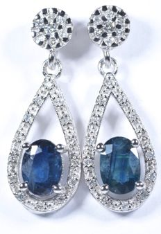 18 kt white gold earrings with 42 diamonds weighing 0.30 ct (GH-SI) and natural blue sapphires weighing 2.05 ct.  Length: 25.50 mm. No reserve price.