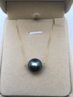 Tahiti pearl necklace and 18 carat gold composition. Weight 3.3 grams Pearl diameter 12.4 mm