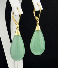 A pair of green jade drop earrings, 585 / 14 kt yellow gold - no reserve price