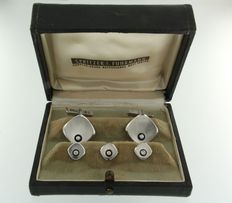 Dress set in original case:  18 kt white gold: set of cuff links and three collar buttons, set with onyx and brilliant cut diamonds, approx. 0.20 ct in total