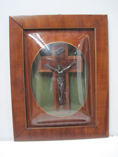 Crucifix in mahogany under painted convex glass