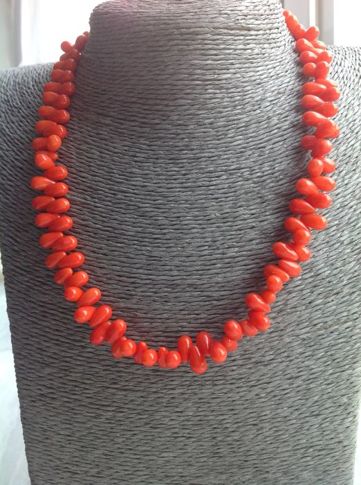Necklace of orange coral, 175 ct, length 45 cm, with white gold 18 kt clasp.