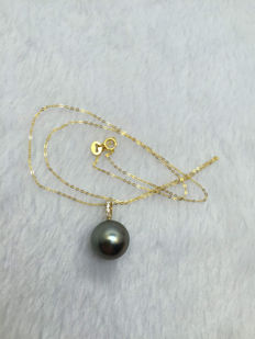 Tahitian black pearls, natural diamonds and 18 carat gold necklace. Pearl diameter 11.6 mm diamond carat total weight 0.04 ct, 3 G