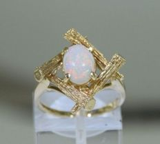 Solid gold (14 kt) ring with an Australian fire opal, size 53