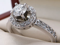Platinum entourage ring with a 0.43 ct solitaire – Internally Flawless / IF, with colour E – 0.81 ct in total, 0.900 platinum – 16.08 mm, IF to Si1 with E to F colour – GIA certificate
