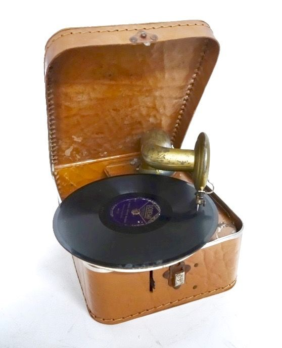 Children's suitcase gramophone with horn well functioning with key and needles