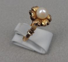 Yellow gold ring, 14 kt with pearl.
