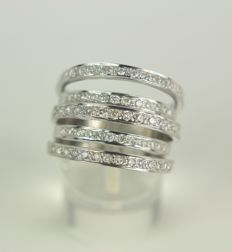 18 kt white gold diamond ring, in total 0.60 ct in diamonds, created door a goldsmith with ring size: 19 mm