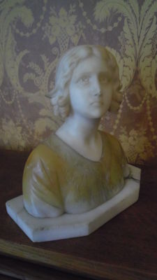 Young peasant girl - Art Nouveau onyx and alabaster bust