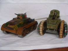 Gama/Arnold, Germany - Length 16 cm - Lot with 2 tin tanks with clockwork motor, 1930s
