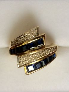 Ring in two-tone 18 kt gold with diamonds and sapphires. Ring measurements: 15.5 (49).