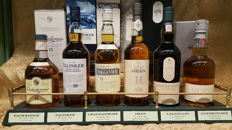 6 bottles - Classic malts of Scotland: Lagavulin 16 - Glenkinchie 12 - Oban 14 - Cragganmore 12 - Talisker 10 - Dalwhinnie 12 with plinth