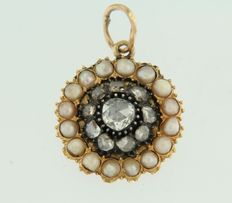 Gold pendant set with freshwater cultured pearls and rose cut diamonds, set on silver, approx. 0.50 carat in total