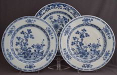 Collection of three plates with floral decoration - China - around 1740, Qianlong period (1735-1796).